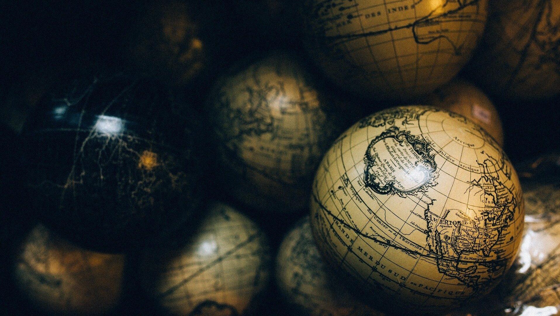 globes-1246245_1920.jpg